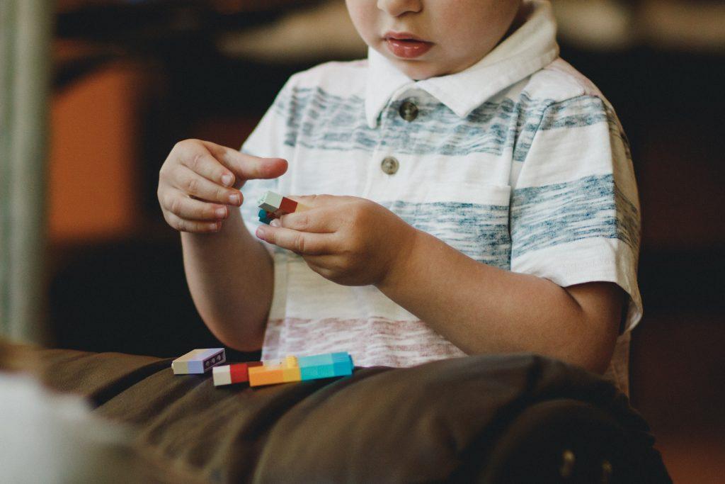 اعراض التوحد عند الاطفال في عمر ثلاث