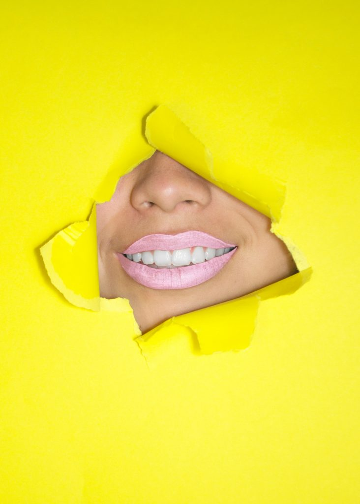 تنظيف الاسنان الصفراء